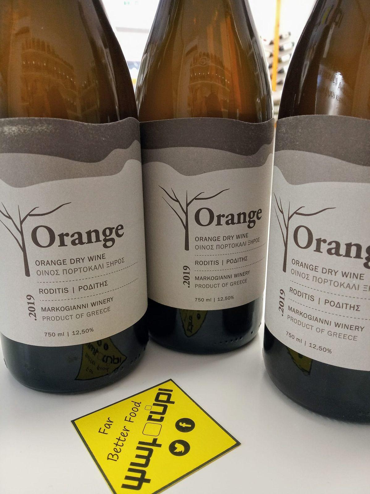 Ο Σομελιέ της γειτονιάς σας, σας καλωσορίζει στο φινετσάτο και διακριτικό κόσμο του πορτοκαλί κρασιού!  Ο λόγος για έναν Ροδίτη από κλήματα 30 ετών, που μένει με τα στέμφυλα για 12 ημέρες και έπειτα ζυμώνει σε ανοξείδωτη δεξαμενή. Εμφιαλώνεται χωρίς θειώδη ή άλλες παρεμβάσεις και το αποτέλεσμα, είναι απλά μαγικό!  Δοκιμάζοντας.. Χρώμα κεχριμπαρί λόγω της επαφής με τις φλούδες για 12 ημέρες, ιδιαίτερα ανθικό με νότες ξηρών καρπών και άγριων βοτάνων. Αρώματα βουτύρου και ψημένου ψωμιού. Το στόμα είναι γεμάτο, ελαφρά ταννικό και θυμίζει χυμούς φρούτων, ενώ το εγκλωβισμένο διοξείδιο του άνθρακα από την αργή ζύμωση πολλών μηνών, ισορροπεί το αλκοόλ και αποδίδει ισχύ και ενέργεια. Η επίγευση είναι ιδιαίτερη, με διάρκεια και αρωματική ένταση.  Ο Orange Ροδίτης  του οινοποιείου Μαρκόγιαννη, αγαπά τα πιο ζόρικα πιάτα (σούπες, παλαιωμένα τυριά, θαλασσινά). Απολαύστε το και ως εξαιρετικό απεριτίφ!  Υγιαίνετε κι αγαλλιάσθε!  #psomotirifarbetterfood #healthylife #wine #orange #orangewine #aperitivo #markogianniwinery