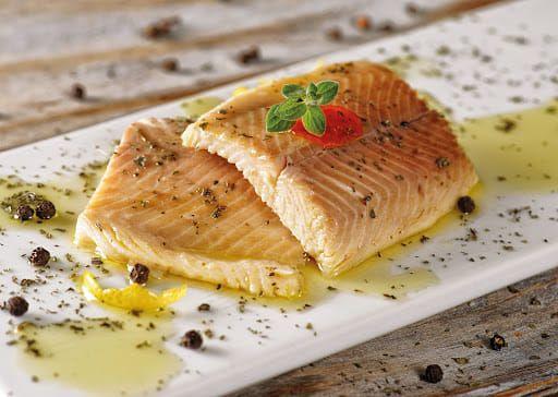 Εκπαιδευτικό ηλιόλουστο μεσημεράκι Νο3  Η πέστροφα είναι ένα αγαπημένο και πολύ νόστιμο ψάρι του γλυκού νερού και σίγουρα δεν πρέπει να λείπει από μια ισορροπημένη και υγιεινή διατροφή!  Η θρεπτική αξία της (ανά 100γρ) σε νούμερα εντυπωσιάζει.. Θερμίδες: 107kcal Πρωτεΐνες: 20g Σελήνιο: 10mg Βιταμίνη D: 7mg ΕΡΑ: 219mg DHA: 496mg 20-26 g πρωτεΐνης 5-17g λίπους 0,4 -2mg σιδήρου  Η πέστροφα συγκεκριμένα περιέχει υψηλές ποσότητες φωσφόρου, μαγνησίου, βιταμίνης Α καθώς και τα πολύτιμα Ωμέγα-3 λιπαρών οξέων, με πολλές ευεργετικές ιδιότητες στην καρδιά, στα αγγεία και τον εγκέφαλο.  Τα Ω-3 λιπαρά οξέα, έχουν θετική δράση σε πολλά και διαφορετικά συστήματα του οργανισμού μας, όπως η μείωση της χοληστερίνης και των τριγλυκεριδίων.   Επίσης, πολυάριθμες μελέτες καταλήγουν πως τα ψάρια με υψηλή περιεκτικότητα σε Ω-3, προλαμβάνουν τη νόσο Αλτσχάιμερ, την άνοια αλλά και αυξάνουν τη μνήμη ενώ θεωρούνται ιδιαίτερα ευεργετικά για τη βελτίωση της διάθεσης και τη μείωση της κατάθλιψης  Άτομα με οστεοαρθρίτιδα μπορούν να επωφεληθούν λόγω του ότι μειώνουν τη φλεγμονή στην περιοχή της άρθρωσης.  Τέλος, τα Ω-3 συμβάλλουν στη μείωση του κινδύνου οστεοπόρωσης και δρουν ενάντια στην ανάπτυξη κάποιων μορφών καρκίνου όπως του προστάτη και του λεπτού εντέρου.  Με λίγα λόγια, αγαπάμε πέστροφα!  #psomotirifarbetterfood #healthylife #healthyfood #trout #smoked #marinated #fish #sweewaters #ω3 #delicious
