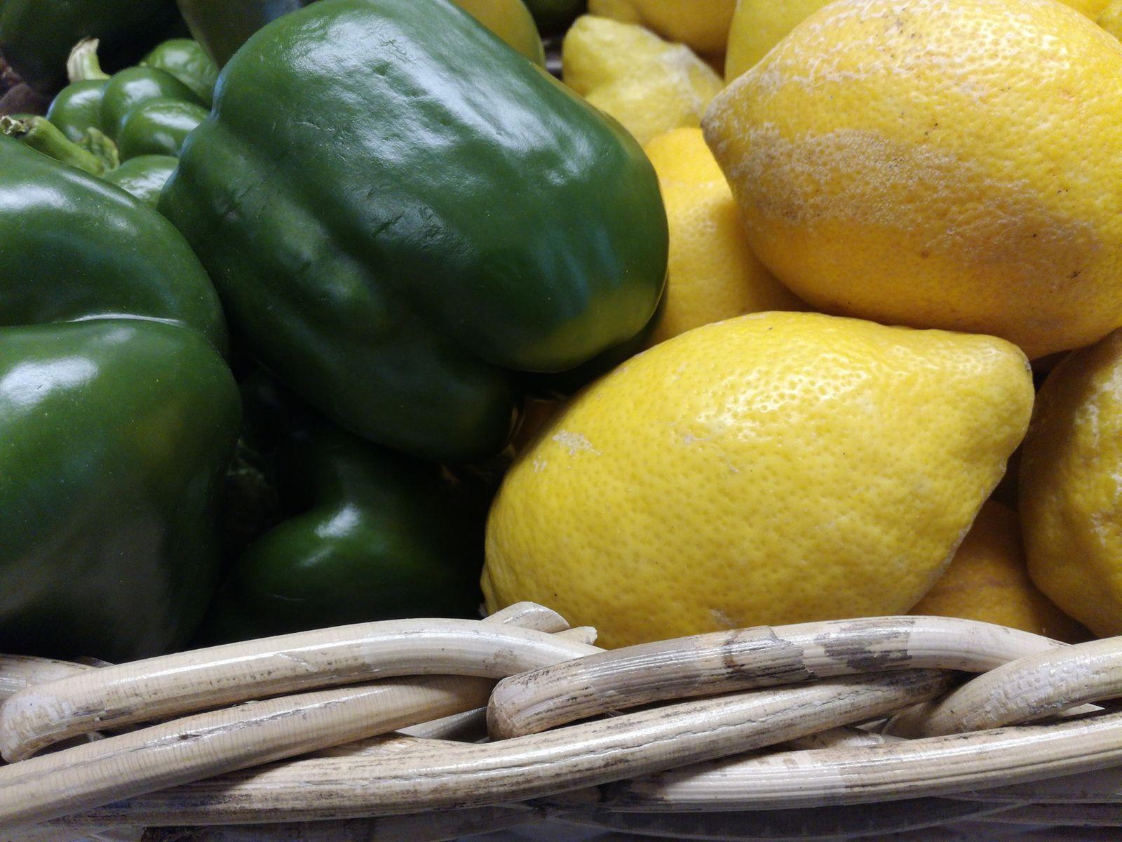 """Καθημερινά φρέσκα φρούτα και λαχανικά, στο """"μποστάνι"""" μας, για να δώσουν γεύση και χρώμα στις σαλάτες και τα φαγητά σας. Οι συμβουλές του Φίλιππου, βοηθούν και εμπνέουν για να φτιάξετε μια πιο πειραγμένη σαλάτα. Δοκιμάστε μας. #grocerystore #freshfruit #buylocal #supportgreekproducers #buygreek #keiriadwn24 #psomotiri #petralona #eathealthy #salad #eatfreshsalad"""