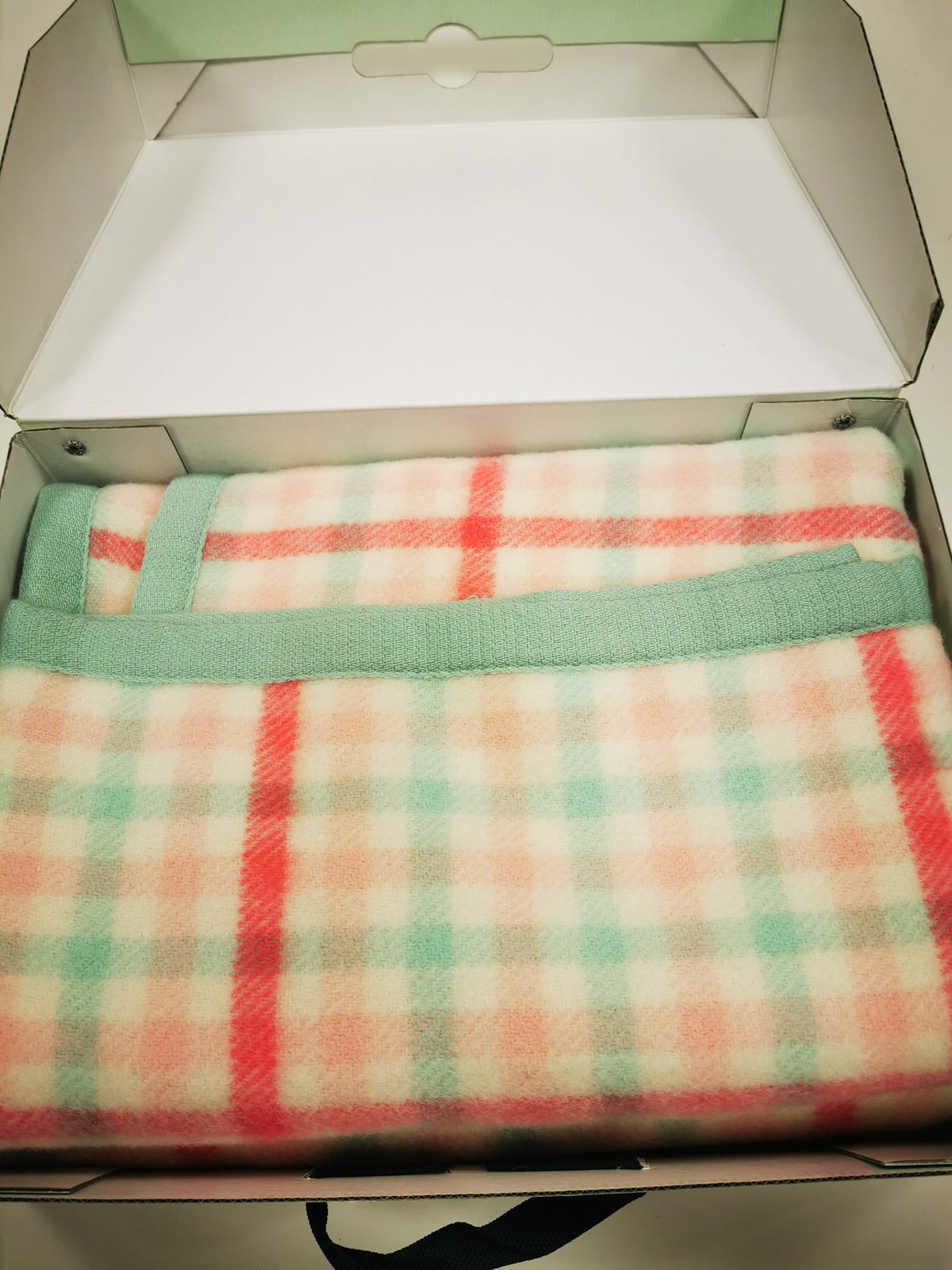 Somma Cofanetto nuovo Con coperta di lana 110x150 € 25.00 10731
