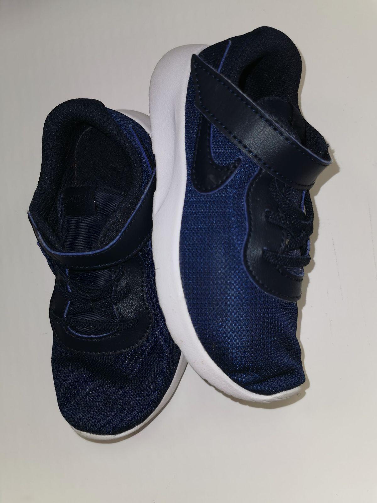 N 27.     12725 Nike Tela leggere € 14,00