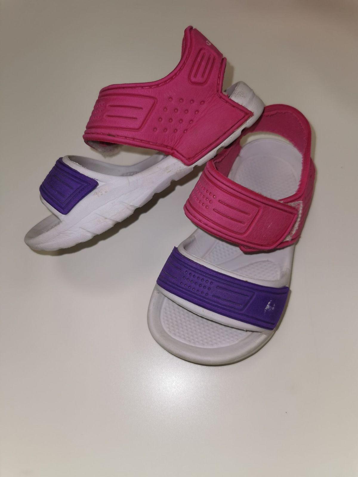 12870. Sandalo con strappi Euro 7,00