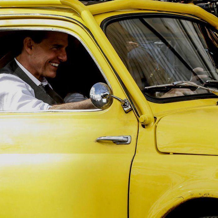 La Fiat 500 gialla di Tom Cruise sfreccia per le vie di Roma