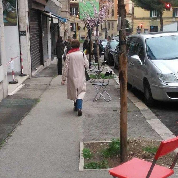 Coronavirus, al mercato rionale del quartiere Trieste le sedie anti-calca