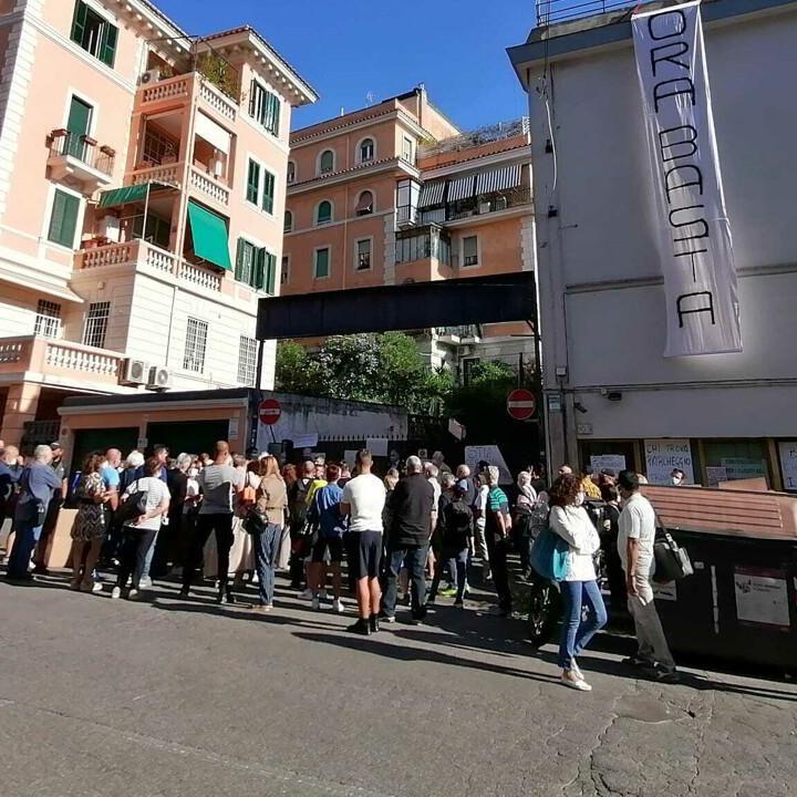 """Parcheggio Via Chiana, il quartiere scende in strada: """"Inizino i lavori o lo stabile lo occupiamo"""""""